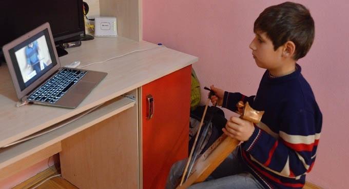 12 yaşındaki çocuk, internetten kemençe çalmayı öğrendi