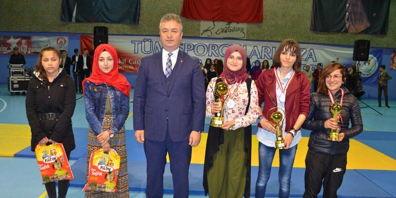 19 Mayıs İlçesi'nde kutlamalar spor salonunda yapıldı