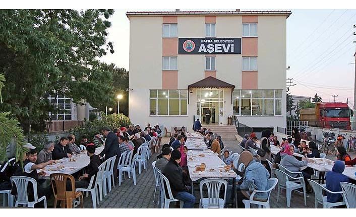 Bafra Belediyesi Aşevi'nde vatandaşlar iftar yapıyor