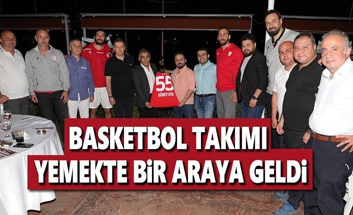 Basketbol Takımı Yemekte bir araya geldi