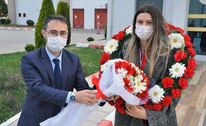 Nisanur Erbil havaalanında çiçeklerle karşıladı