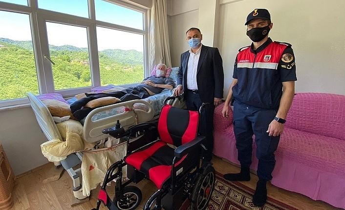 Başkan Akgül tekerlekli sandalyesi yanan hemşehrisine yenisini hediye etti