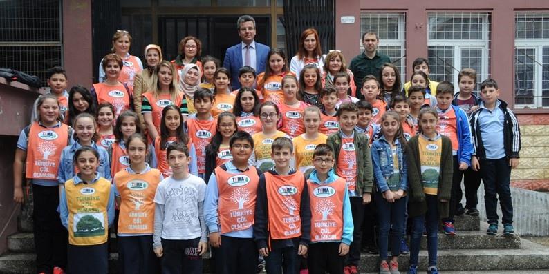 Atatürk Ortaokulu öğrencileri çiçek dikti