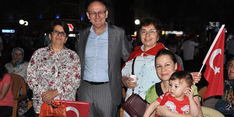 Başkan Kul ve ailesi demokrasi nöbetinde