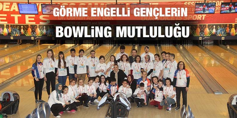 Görme engelli gençlerin bowling mutluluğu