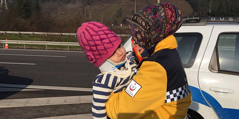 Kazada yaralanan 2 yaşındaki çocuğu çikolatayla sakinleştirdi