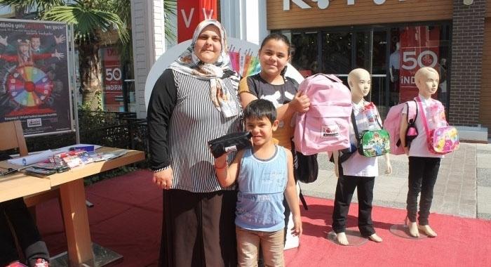 Lovelet AVM' de okula dönüş kampanyasında çocuklar mutlu veliler mutlu