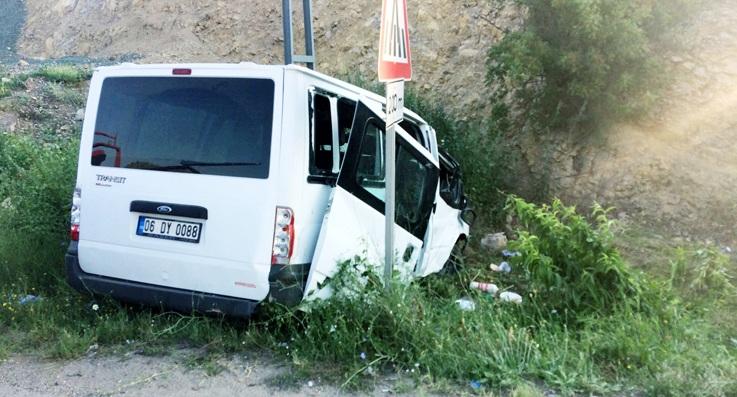 Minibüs elektrik direğine çarptı: 10 yaralı