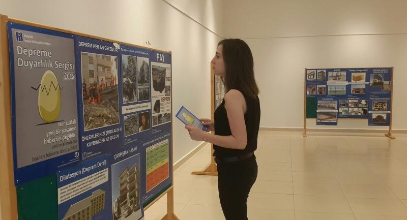 Piazza'da 17 Ağustos Depremi sergisi
