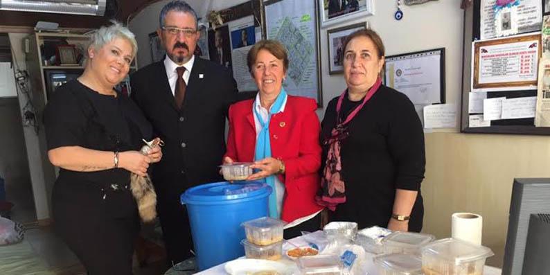 Samsun Çiftlik Mahalle Muhtarı Fatma Aksoy Aşure dağıttı