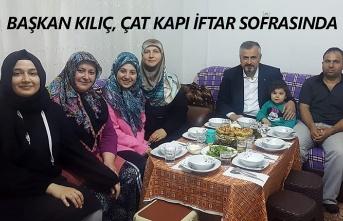 Başkan Kılıç ve eşi çat kapı iftar sofrasında