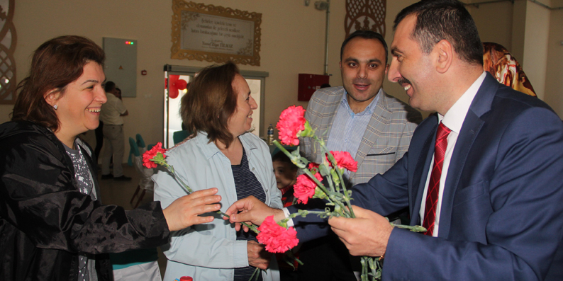 Başkan Sarıcaoğlu'ndan Annelere Karanfil