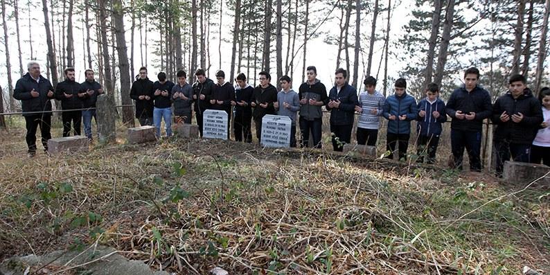 Depremde ölen öğrencilerin mezarları okullarının bahçesinde