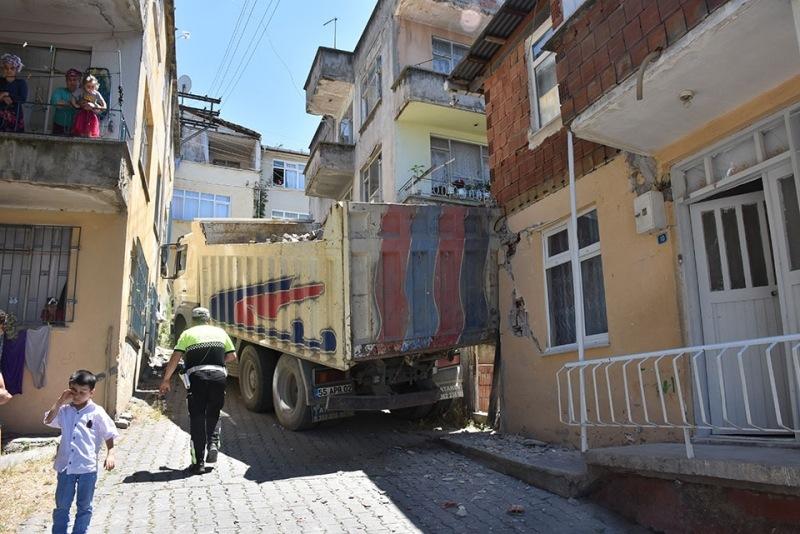 Yokuş çıkarken kayan kamyon eve çarptı